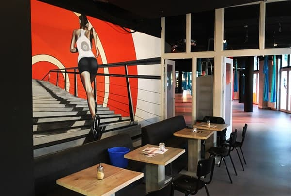 muurschildering sportschool renner hardloper sporter kunstwerk schilderij oranje realistisch grafisch trap benen Timbert kunstwerk