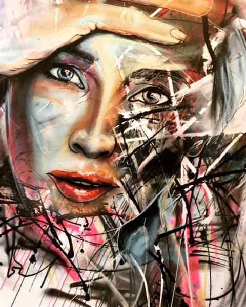 Abstract portret van vrouw op doek, gemaakt met spuitbus en stift op acryl en waterbasis. Door Timbert