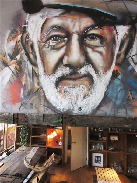 portret zeeman schipper ogen indringend oud baard restaurant cafe muurschildering met spuitbus en stift op acryl en waterbasis door Timbert