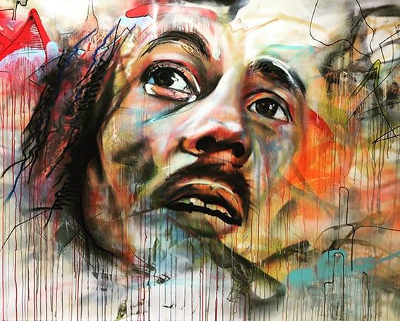 schilderij met spuitbus en stift op waterbasis acrylverf met bob Marley abstracte achtergrond kleurrijk expressionistisch