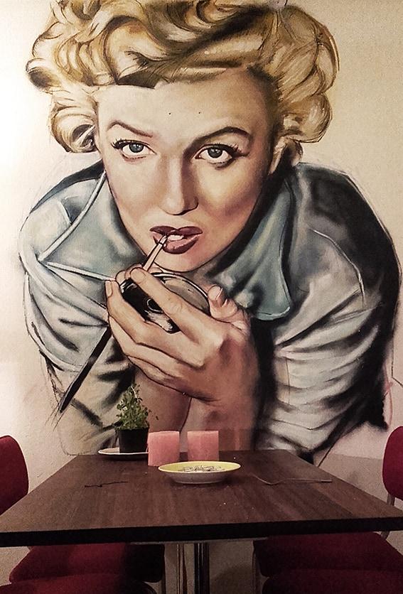 muurschildering Marilyn Monroe actrice icoon zangeres graffiti spuitbus en stift op acryl en waterbasis door Timbert
