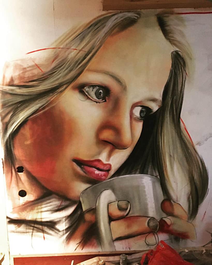 muurschildering portret vrouw met koffie realistisch met spuitbus en stift op acryl en waterbasis gemaakt door Timbert