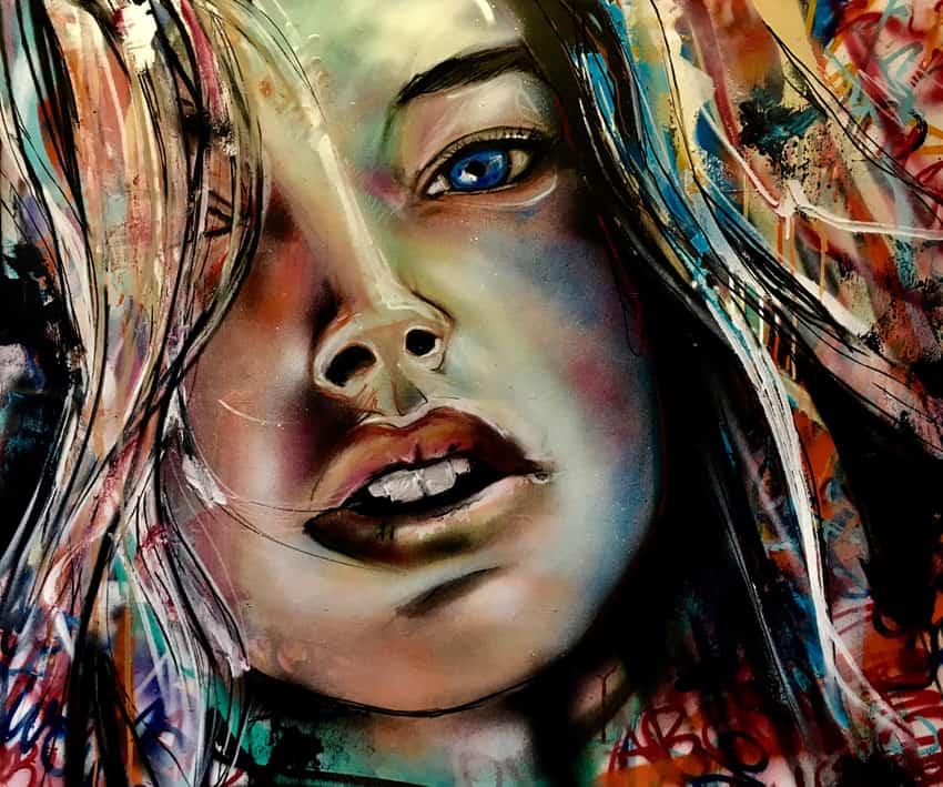 Experimenteel portret Doutzen Kroes met spuitbus en stift op acryl en waterbasis op doek abstracte achtergrond kleurrijk gemaakt door Timbert