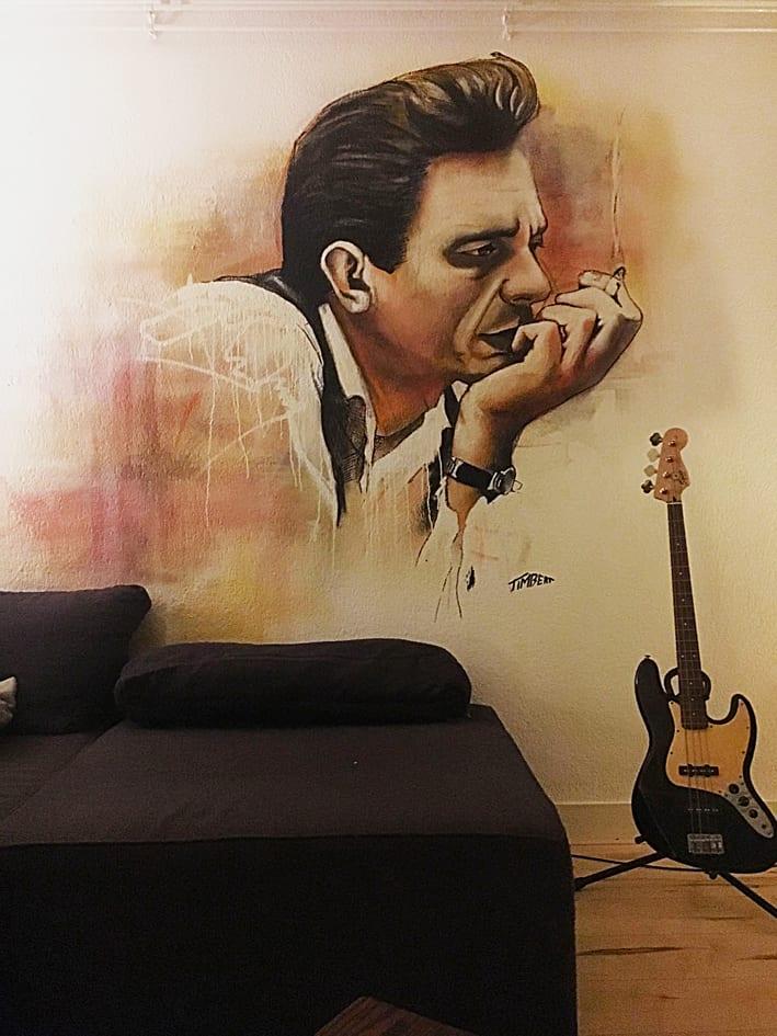 muurschildering portret Johnny cash muzikant icoon met spuitbus en stift op acryl en waterbasis experimenteel gemaakt door Timbert