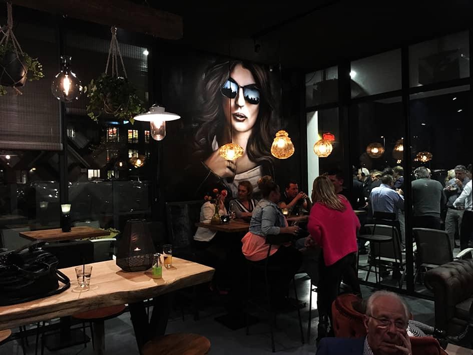portret brafoer restaurant beverwijk mooie vrouw met zonnebril spuitbus en stift op acryl en waterbasis door Timbert