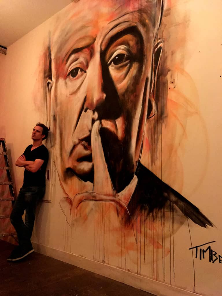 portret regisseur alfred Hitchcock met spuitbus en stift op acryl en waterbasis abstract experimenteel in kleur gemaakt door Timbert