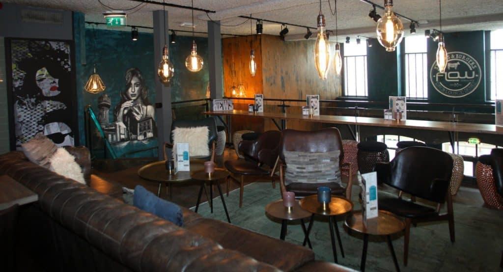 muurschildering restaurant flow den helder vrouw spuitbus en stift zwart wit groen kunst kunstenaar timbert van der Rijst