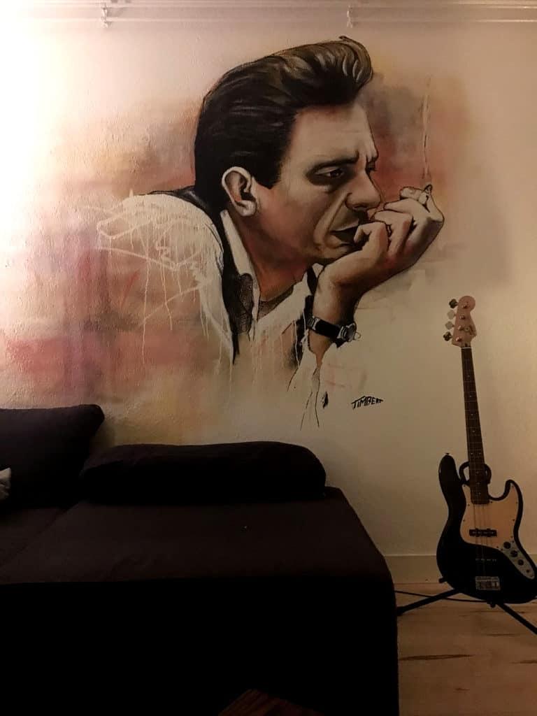 portret muurschildering muzikant artiest Johnny Cash gemaakt met spuitbus en stift op acryl en waterbasis in de woonkamer door timbert