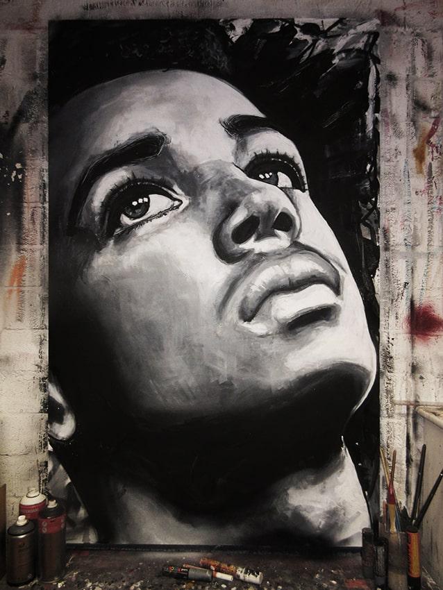 Portret schilderij in opdracht van Ziebe jongen spuitbus en stift op doek zwart wit door timbert