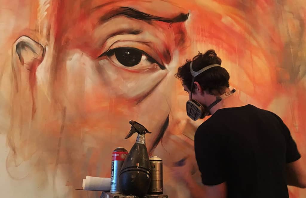 Detail close-up van portret muurschildering van regisseur Alfred Hitchcock. Bij filmhuis en restaurant LAB111 in Amsterdam. Gemaakt door Timbert van der Rijst met spuitbus en stift op acryl en waterbasis.