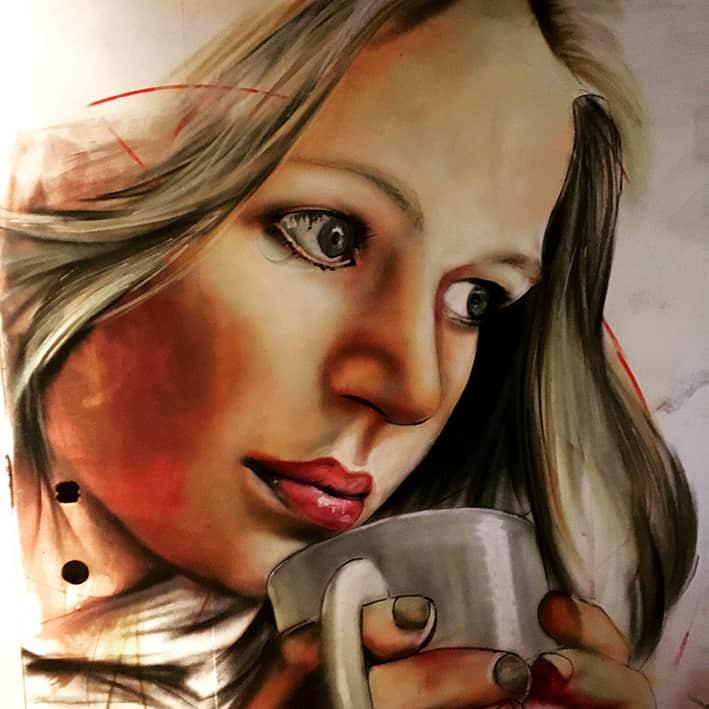 muurschildering portret op de muur vouw met koffie