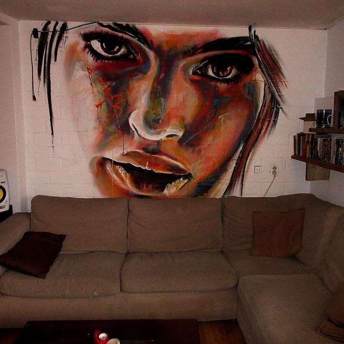 muurschildering portret woonkamer boven bank vierkant
