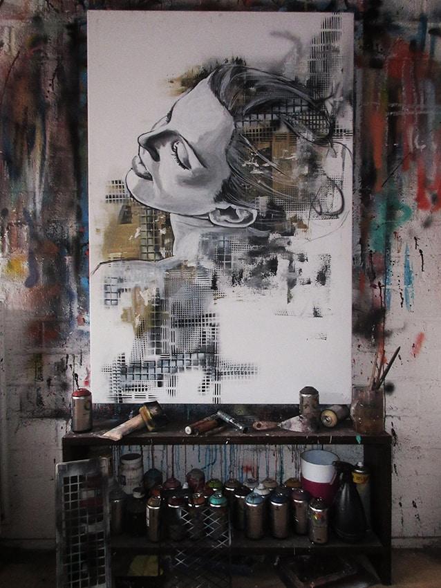 portret schilderij vrouw op ezel experimenteel en abstract mixed media krante spuitbus en acrylverf op doek door timbert