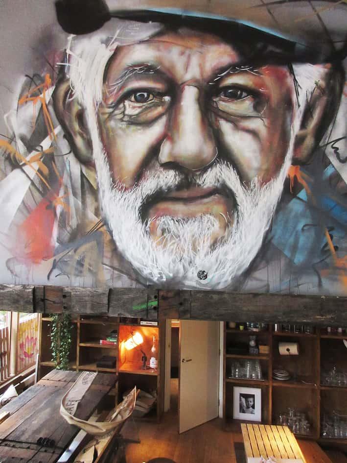 Muurschildering cafe Broer amsterdam geschilderd portret van schipper spuitbus en stift kleur door timbertl