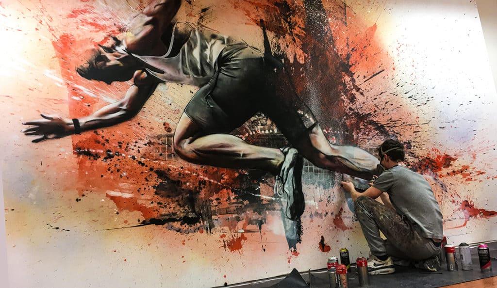 muurschildering op doek sportschool hardloper expressief kleur spuitbus en stift acrylverf door timbert