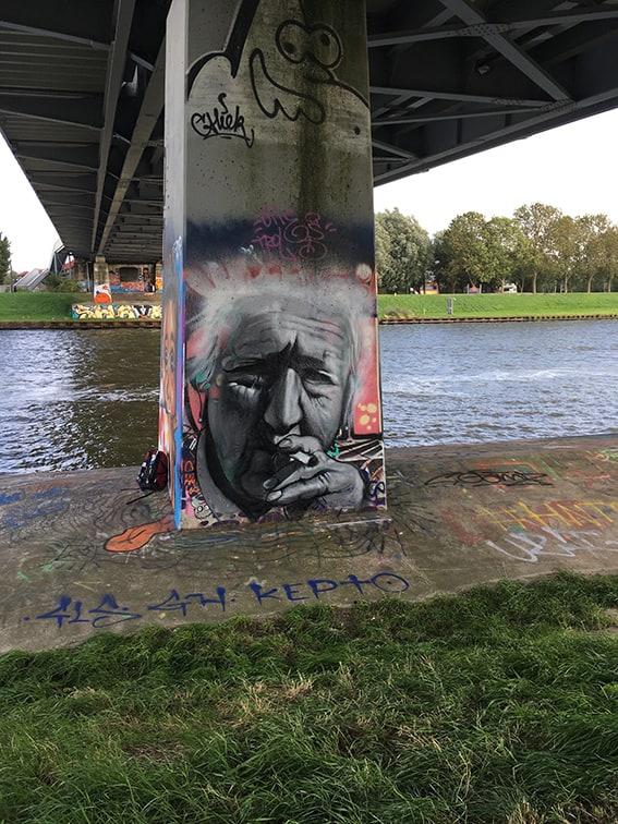 Portret Jeanne Calment hoogbejaard kettingroker flevopark grafitti oudste vrouw ooit 122 jaar frans spuitbus ens stift streetart muurschildering kunstenaar Timbert