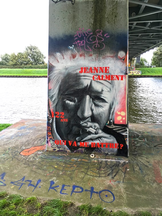 Portret Jeanne Calment hoogbejaard kettingroker flevopark grafitti oudste vrouw ooit 122 jaar frans spuitbus ens stift streetart muurschildering kunstenaar Timbert finished