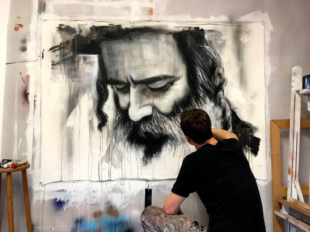schilderij in opdracht zwart wit grafitti street art spuitbus en stift waterbasis acrylverf realistisch portret Orthodoxe joodse man met baard door kunstenaar Timbert van der Rijst in actie